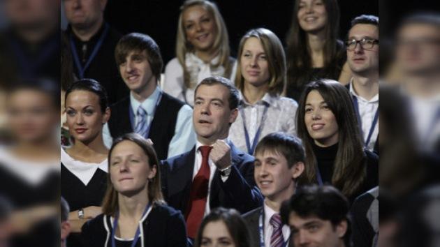 Medvédev promete prestar más atención a la política para la juventud
