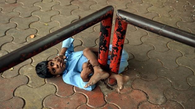 Abuela india ataba a su nieto discapacitado a una parada de autobús para cuidarlo