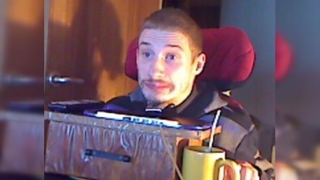 Un joven con parálisis cerebral juega con la cabeza a los videojuegos