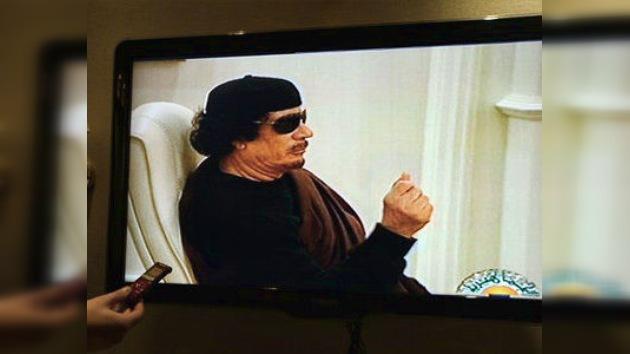 Gaddafi aparece en televisión por primera vez desde la muerte de su hijo