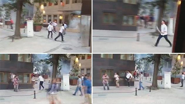 Video: Un turco con un machete dispersa a los manifestantes cerca de la plaza Taksim