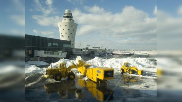"""Miles de vuelos cancelados por una """"monstruosa"""" tormenta en EE. UU."""