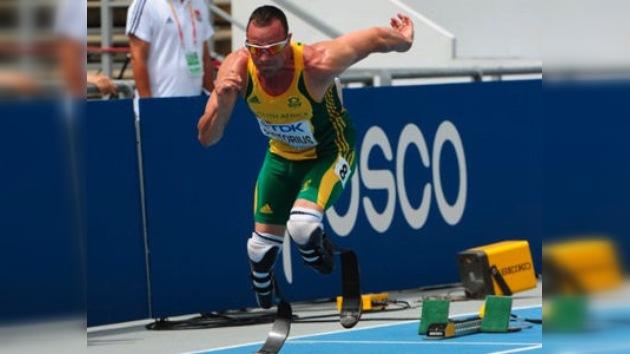 Oscar Pistorius, un atleta sin piernas, más cerca de la final del Mundial