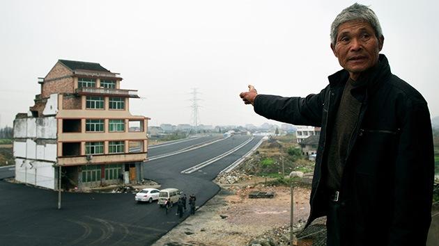 China: Una casa se queda en medio de una autopista