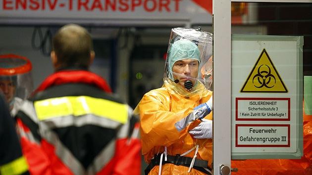 Fuertes imágenes: Un hombre 'muerto' de ébola despierta en medio de la calle