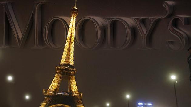 Las agencias de calificación vuelven a empujar a la zona euro al precipicio fiscal