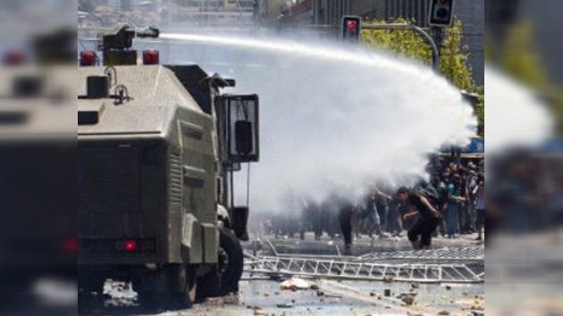 Varios policías heridos tras nueva jornada de protestas estudiantiles en Chile