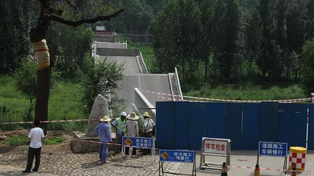 FOTOS: Un chino recibe una multa a pagar en 28.000 años por el derrumbe de un puente