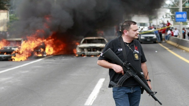 Bloquean en México varias vías con vehículos en llamas