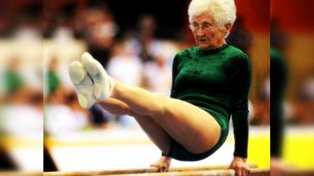 Video: una anciana de 86 años sorprende con sus piruetas sobre barras paralelas