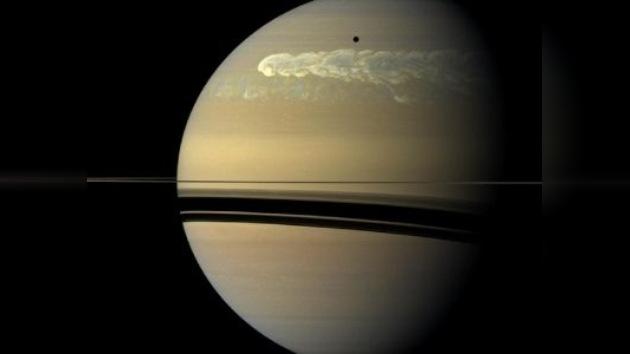 A Saturno le sale una Gran Mancha Blanca