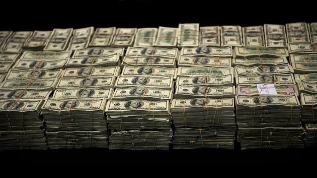 EE.UU.: Un millonario anónimo reparte sobres con dinero