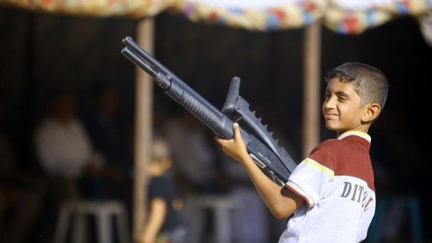 Video: Niños cargando armas desfilan junto a militantes del EIIL