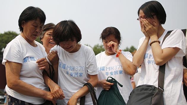 Familias de víctimas del MH370 buscan resolver el misterio por su propia cuenta