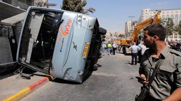 Fotos, video: Un tractor embiste un autobús en Jerusalén