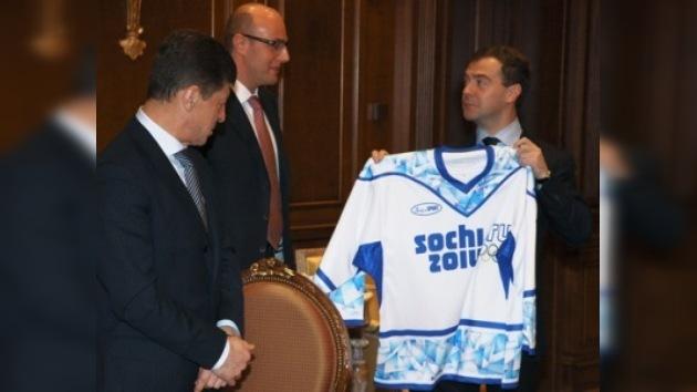 La camiseta con el nuevo símbolo olímpico fue entregada a Medvédev