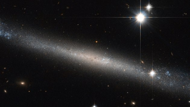 El telescopio Hubble obtiene una imagen de una galaxia 'superplana'