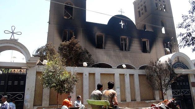 Video, Foto: Los islamistas queman iglesias y escuelas cristianas en Egipto