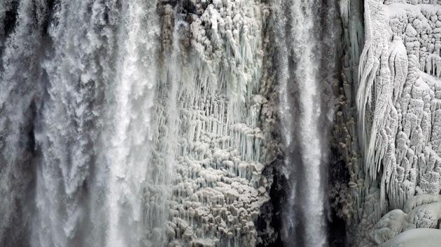 La ola de frío congela incluso a las cataratas del Niágara