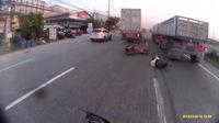 Motociclista se salva por milimetros de ser aplastado por las llantas de 2 camiones