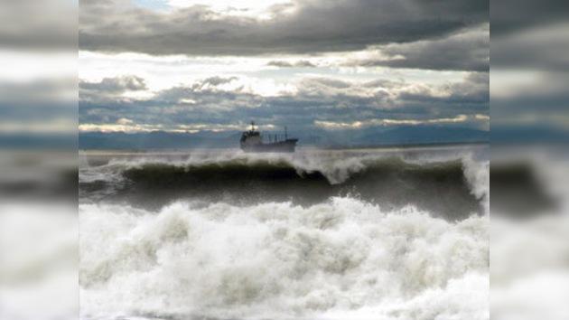 Un barco cisterna ruso con 22 tripulantes navega a la deriva