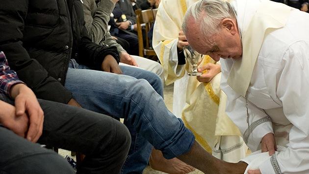 Video, fotos: Francisco lava los pies a 12 jóvenes reos, incluida una musulmana