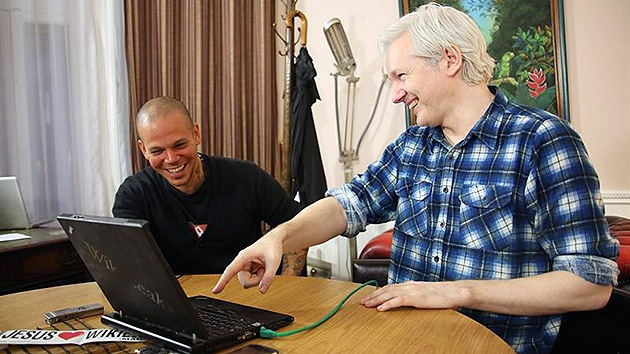Video: Calle 13 y Assange le cantan a la manipulación mediática