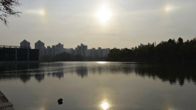 Fotos: Tres 'soles' y un arco iris invertido inspiran el miedo 'apocalíptico' a los chinos