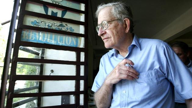 """Chomsky: EE.UU. sigue dominando al mundo por medio de """"violencia y arrogancia"""""""