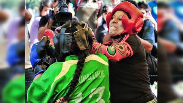 Las 'mamachas' bolivianas y peruanas demuestran qué es el verdadero boxeo