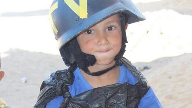 Niño palestino con una bolsa de basura a modo de chaleco antibalas conquista la Red
