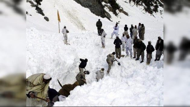 Avalancha sepulta a 135 personas en un campamento militar paquistaní en el Himalaya