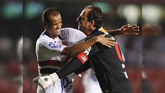 El portero brasileño Rogério Ceni anota su gol número 95
