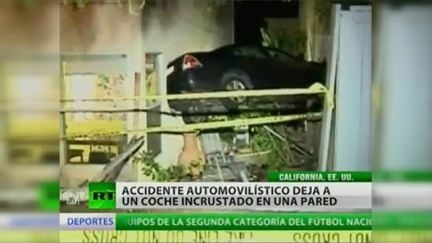 Un accidente deja un automóvil suspendido a casi dos metros de altura