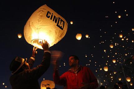 Vídeo y fotos : México suelta 16.000 globos de papel por la paz, y de este modo consigue el récord Guinness. 44ddaf46349697d610c3b543f0e3fe22_article430bw