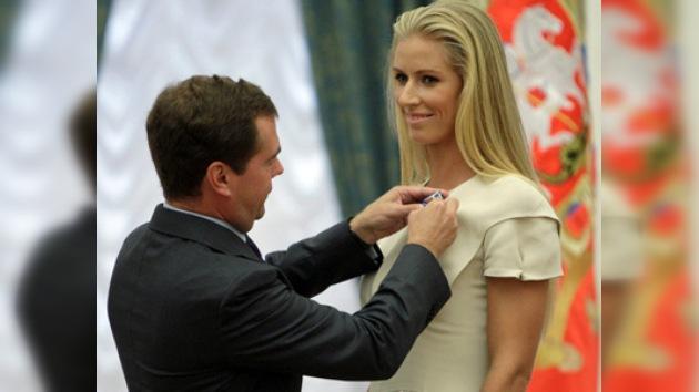 La tenista Deméntieva recibe la Orden de las manos de Medvédev