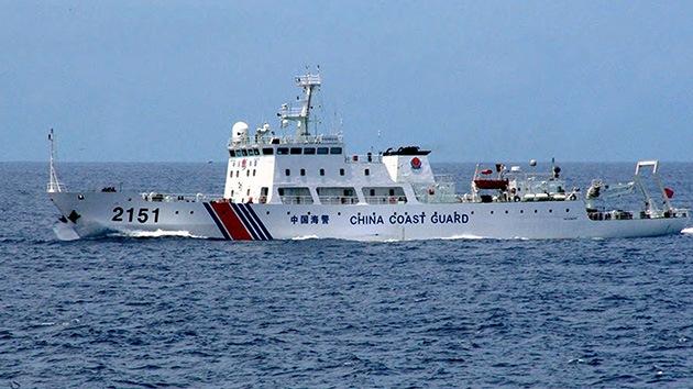 Un buque guardacostas chino navega cerca de las islas en disputa