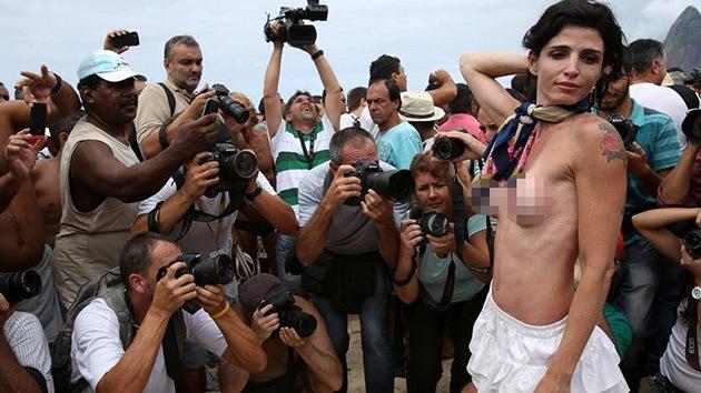 Brasileñas sin bikini exigen legalizar el 'topless'