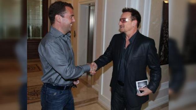 Medvédev habla con Bono sobre música y proyectos sociales