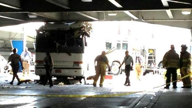 EE.UU.: Decenas de heridos tras el choque de un autobús en el viaducto del aeropuerto