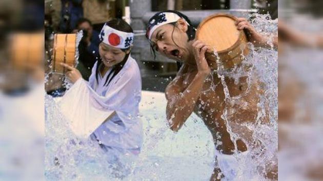 Japoneses limpian su alma con agua helada