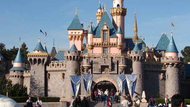 Evacuan Disneyland de California por explosión en una papelera