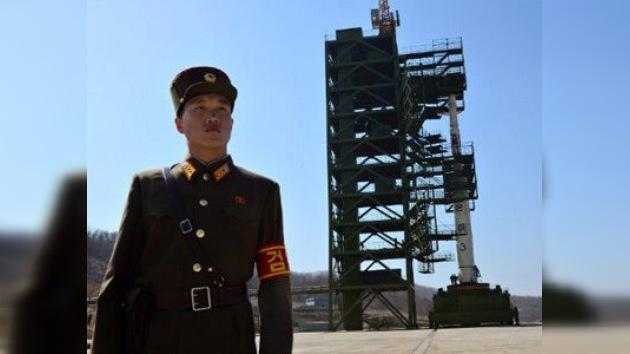 FOTOS: el polémico cohete norcoreano ya está en su plataforma de despegue