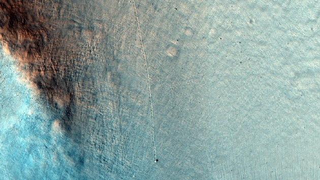 Rieles en Marte: ¿un mensaje extraterrestre o el paseo de una piedra?