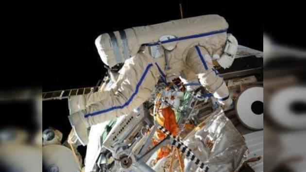 Cosmonautas rusos realizan su segunda caminata espacial