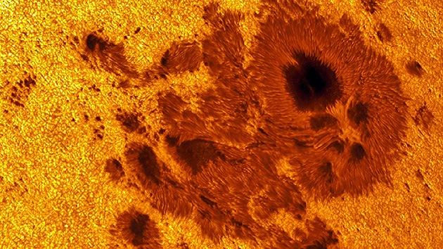 Una gran mancha solar once veces mayor que la Tierra 'apunta' hacia nosotros
