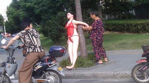 Una muñeca inflable garantiza la seguridad vial en China