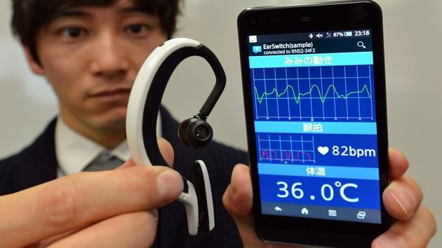 Japón 've' el futuro por los oídos: guiños y muecas para controlar un mini PC en la oreja
