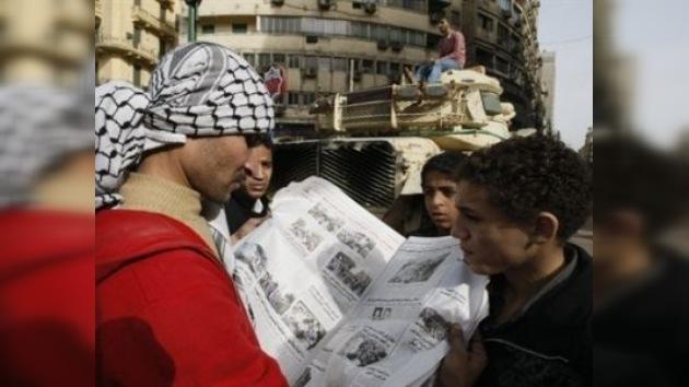 Egipcios en espera de un nuevo Gobierno que va a formar Mubarak