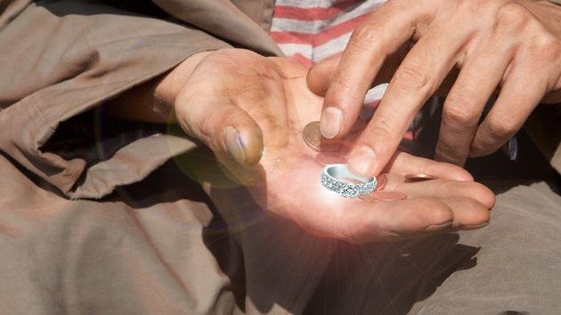 El premio a la honestidad: Indigente recibe 86.000 dólares por devolver un anillo
